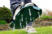 Buty z kolcami do napowietrzania trawnika (aerator)