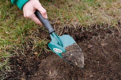 Metalowa łopatka ogrodowa z antypoślizgowym trzonkiem Kard 081